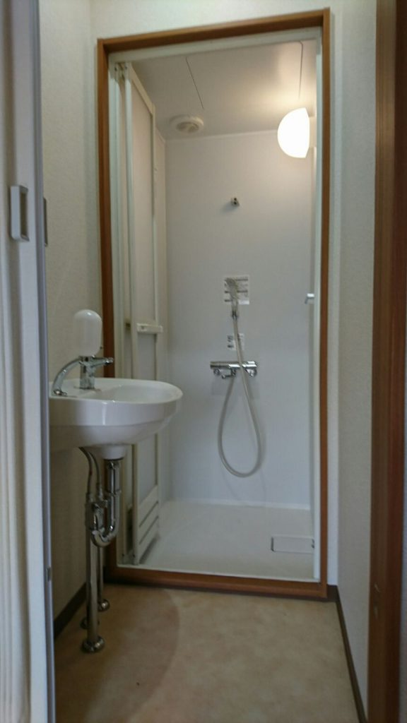アイシン警備の寮内のシャワールームの様子